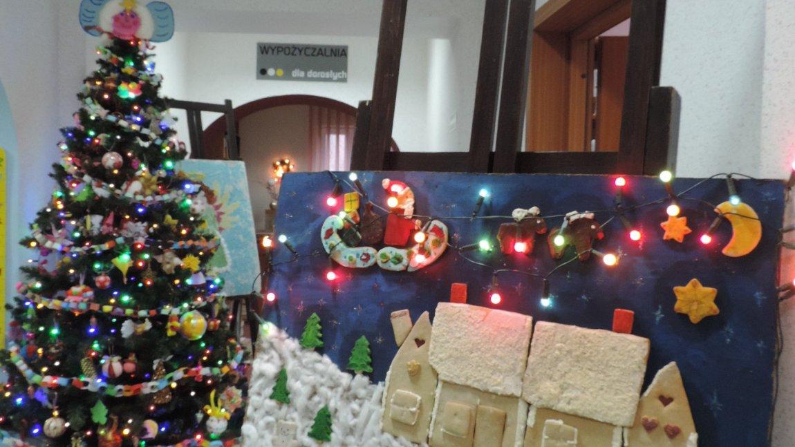 Bożonarodzeniowe dekoracje w bibliotece