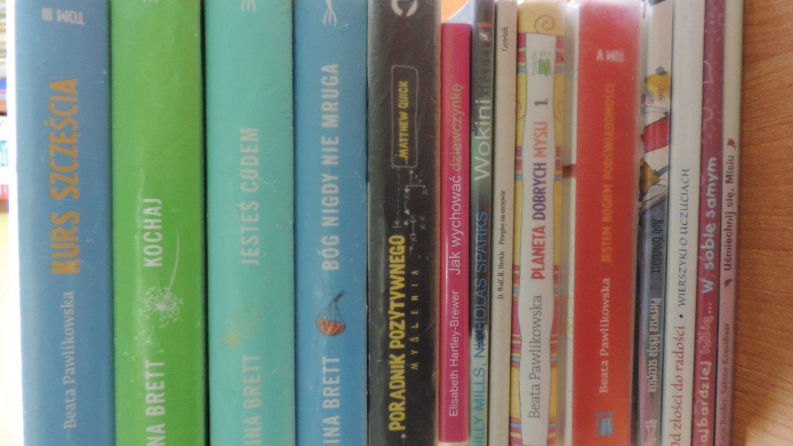 Prezentacja książek dotyczących pozytywnego myślenia.