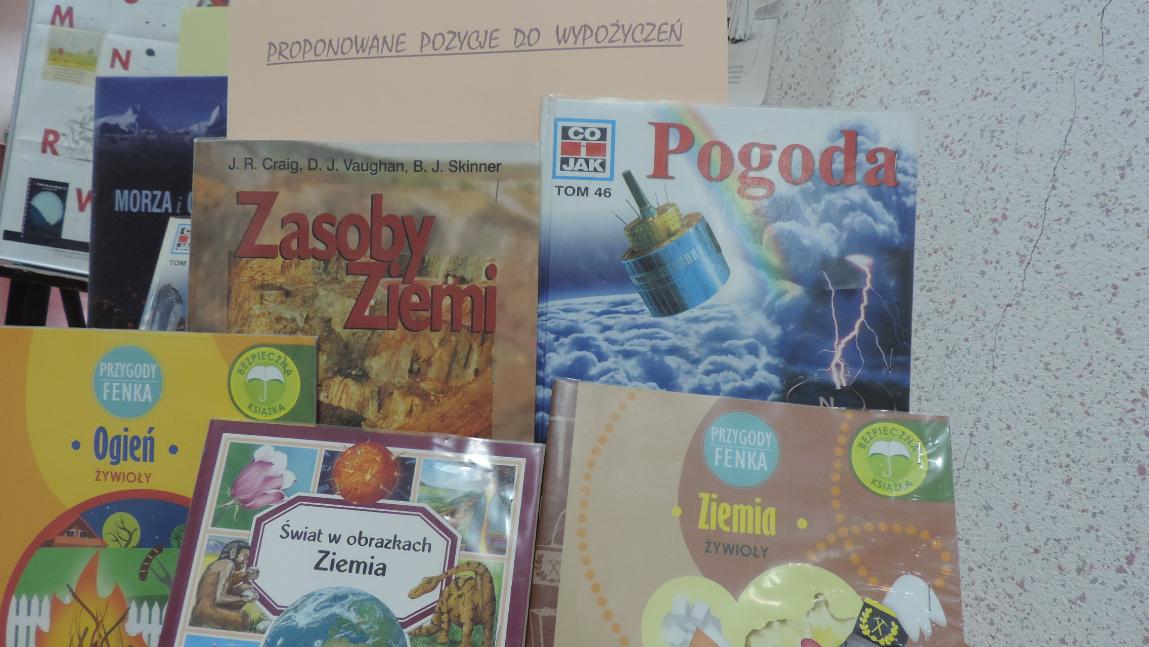 Wystawa książek dotyczących żywiołów.