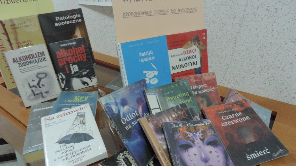 wystawka książek o uzależnieniach.