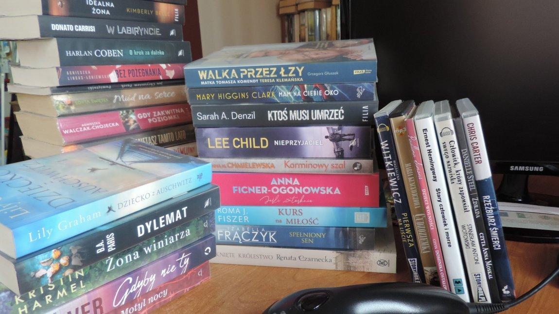 Książki na ladzie bibliotecznej