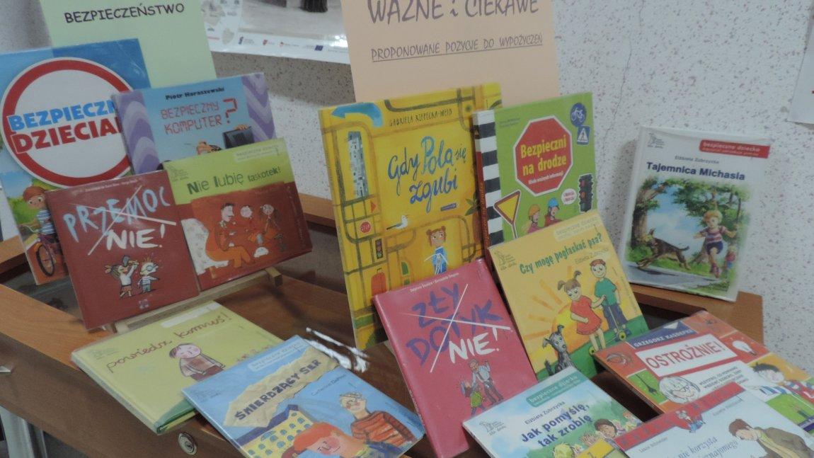 Wystawka książek dotycząca bezpieczeństwa dzieci